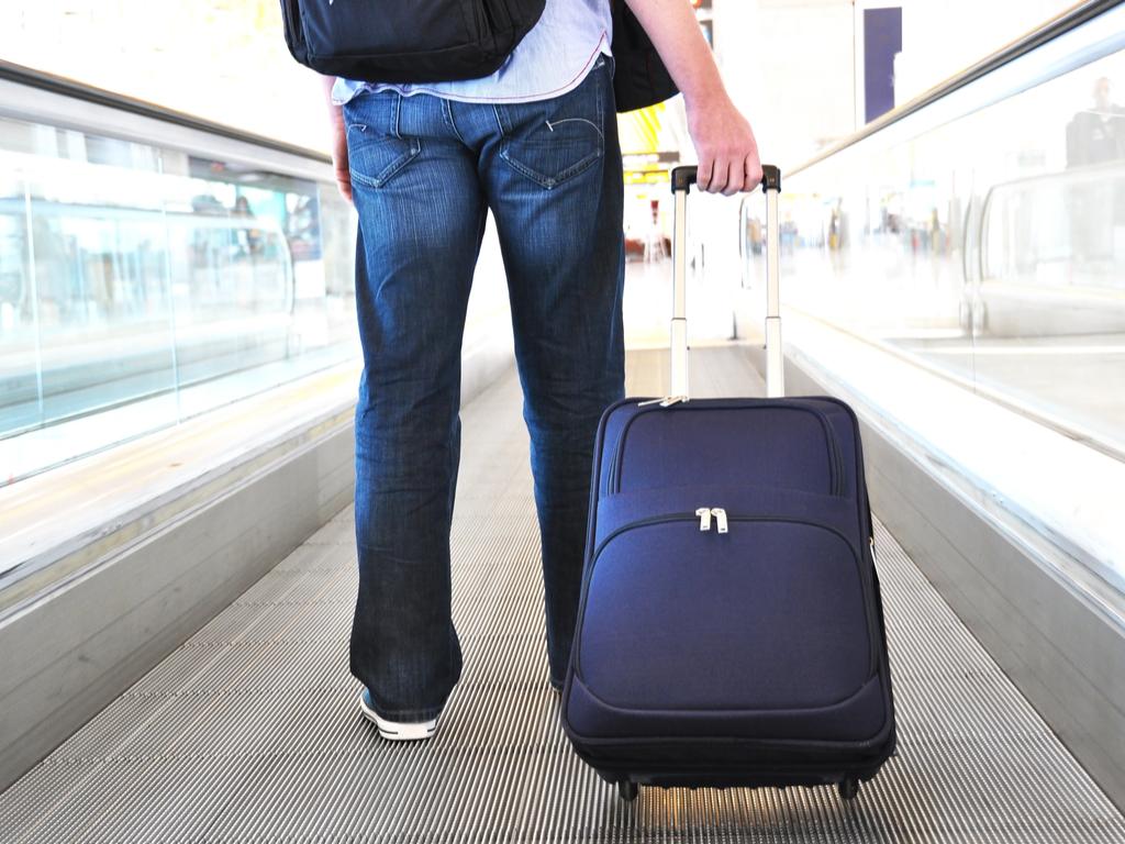 joven con su maleta en el aeropuerto