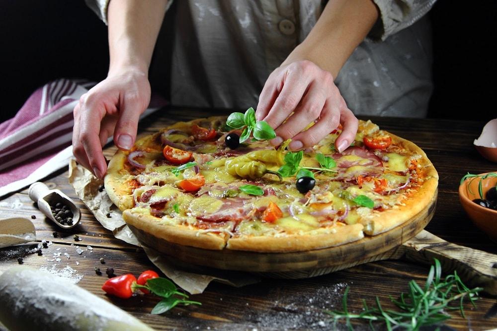 Unas manos haciendo una pizza
