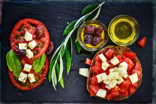 aceites maeva con aperitivo de tostadas con tomate