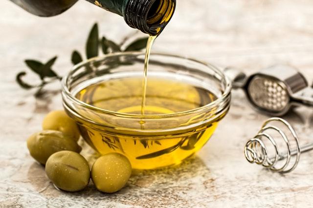 cuenco con aceite maeva y olivas